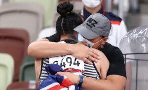 Lisa Adams gold medallist with sister Dame Valerie Adams